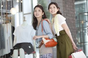 買い物をする女性2人の写真素材 [FYI01308508]
