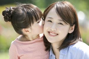 母親の頬にキスする女の子の写真素材 [FYI01308511]