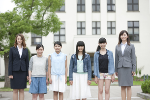 笑顔の女子校生と先生の写真素材 [FYI01308541]