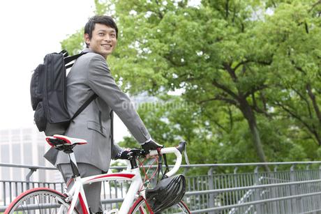 自転車を押すビジネスマンの写真素材 [FYI01308587]