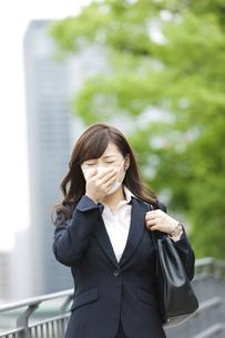 マスクをするビジネスウーマンの写真素材 [FYI01308593]