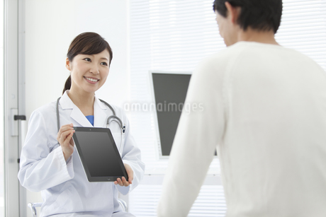 女医と男性患者の写真素材 [FYI01308632]