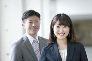 笑顔のビジネスウーマンとビジネスマンの写真素材 [FYI01308650]