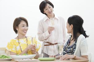 ホームパーティーをする中高年女性3人の写真素材 [FYI01308667]