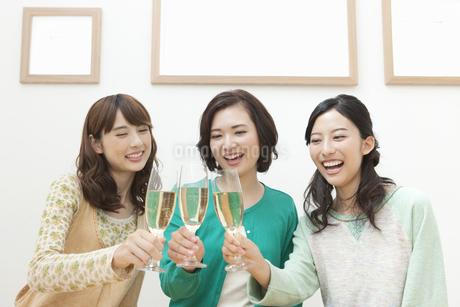 乾杯をする女性3人の写真素材 [FYI01308693]