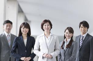 手を組むビジネスグループ5人の写真素材 [FYI01308703]