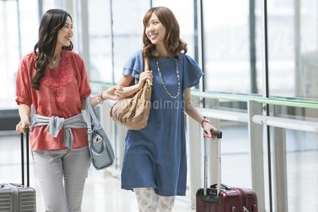キャリーバックを持つ女性2人の写真素材 [FYI01308751]