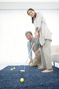 ゴルフの練習をするシニアカップルの写真素材 [FYI01308780]