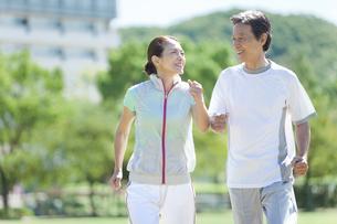 ジョギングをするシニア夫婦の写真素材 [FYI01308799]