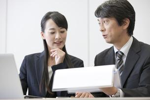打ち合わせ中のビジネスマンとビジネスウーマンの写真素材 [FYI01308801]