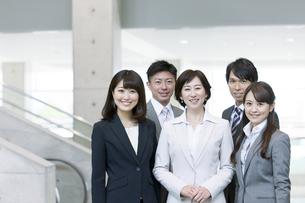 笑顔のビジネスグループ5人の写真素材 [FYI01308812]