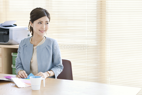 窓辺に座る女性の写真素材 [FYI01308850]