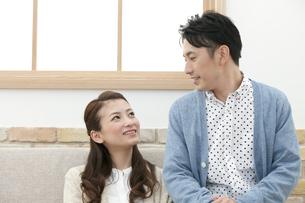 話をするカップルの写真素材 [FYI01308860]