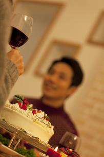 クリスマスケーキとカップルの写真素材 [FYI01308889]