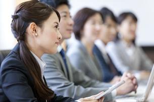 会議をするビジネスグループ5人の写真素材 [FYI01308912]