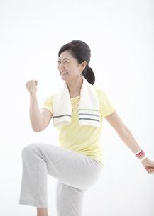 エクササイズをする中高年女性の写真素材 [FYI01308920]