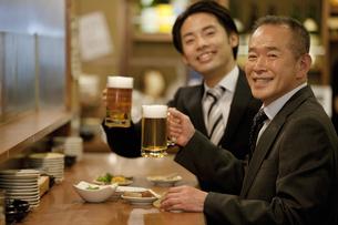 ビールを持つ笑顔のビジネスマン2人の写真素材 [FYI01308927]