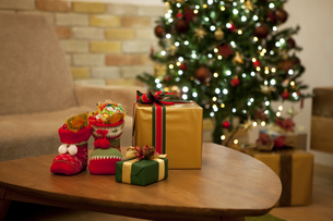 テーブルの上のクリスマスプレゼントの写真素材 [FYI01308937]