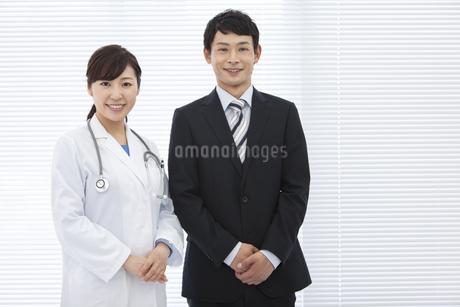 女医とビジネスマンの写真素材 [FYI01308940]