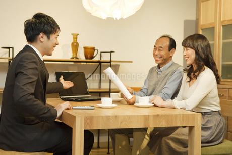 ビジネスマンと話す中高年夫婦の写真素材 [FYI01308956]