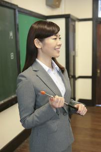 黒板の前に立つ女性教師の写真素材 [FYI01308960]