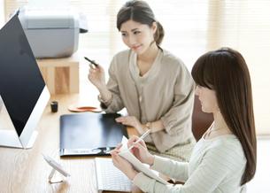 デスクワークをする女性2人の写真素材 [FYI01308995]