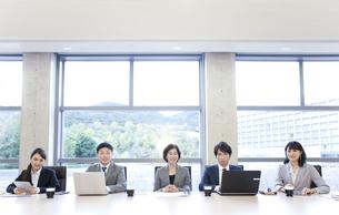 会議をするビジネスグループ5人の写真素材 [FYI01309007]