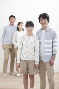 笑顔のきょうだいと両親の写真素材 [FYI01309018]