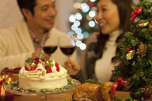 クリスマスケーキとカップルの写真素材 [FYI01309078]