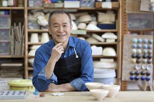 陶芸をするシニア男性の写真素材 [FYI01309087]