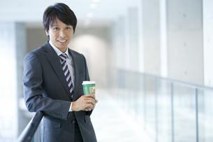 笑顔のビジネスマンの写真素材 [FYI01309098]