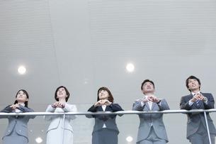 手すりにもたれるビジネスグループ5人の写真素材 [FYI01309099]
