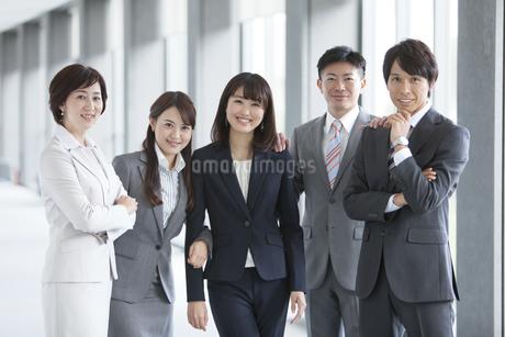 寄り添うビジネスグループ5人の写真素材 [FYI01309109]