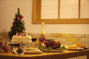 テーブルの上のクリスマス料理の写真素材 [FYI01309112]