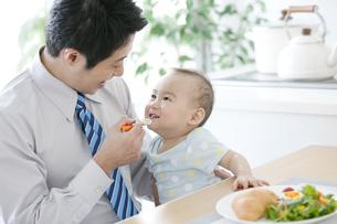 離乳食を食べさせる父親の写真素材 [FYI01309127]