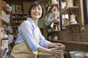 陶芸をするシニア女性の写真素材 [FYI01309152]