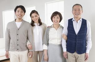 笑顔の家族4人の写真素材 [FYI01309155]