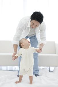 遊んでいる赤ちゃんと父親の写真素材 [FYI01309172]