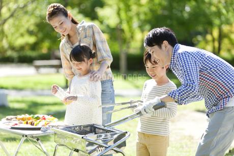 バーベキューをしている家族の写真素材 [FYI01309175]