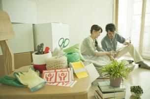 引っ越し道具とカップルの写真素材 [FYI01309194]