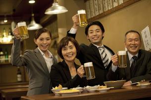 ビールで乾杯するビジネスマン4人の写真素材 [FYI01309208]