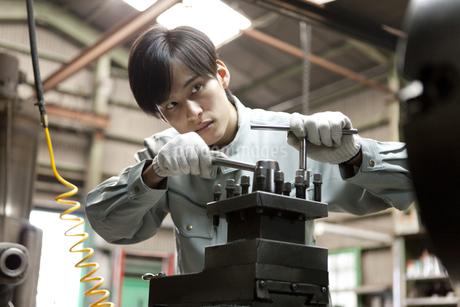 機械を操作する作業者の写真素材 [FYI01309214]