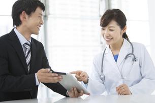 女医とビジネスマンの写真素材 [FYI01309224]