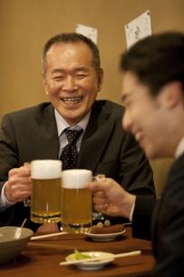 ビールで乾杯するビジネスマン2人の写真素材 [FYI01309225]