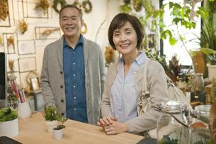 花屋でショッピングをするシニアカップルの写真素材 [FYI01309236]