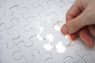 パズルのピースをはめる手の写真素材 [FYI01309238]