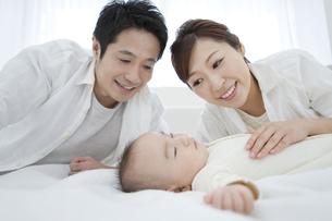 赤ちゃんを見守る両親の写真素材 [FYI01309242]