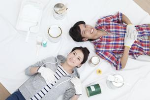 ペンキ塗りをする夫婦の写真素材 [FYI01309259]