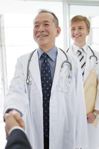握手をする医師とビジネスマンの手元の写真素材 [FYI01309260]