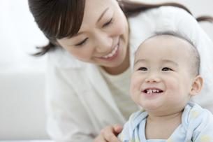笑顔の赤ちゃんと母親の写真素材 [FYI01309263]